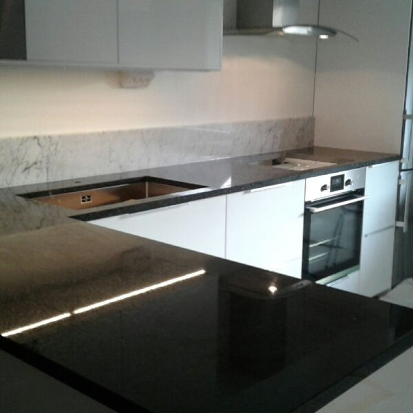 Angola kök med Carrara-sockel
