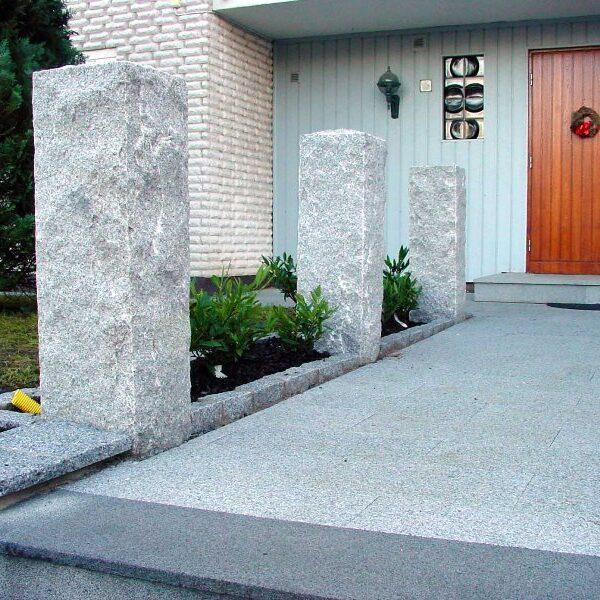 Råkilade granitstolpar