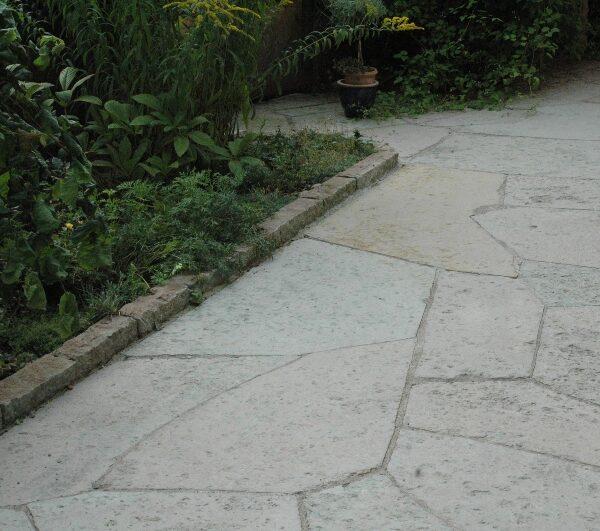 Oregelbundna kalkstenshällar med hyvlad yta