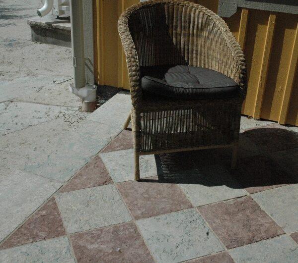 Hyvlade kalkstensplattor i grå och röd ölandssten