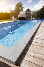 Vacker inramning av poolen med flammad granit