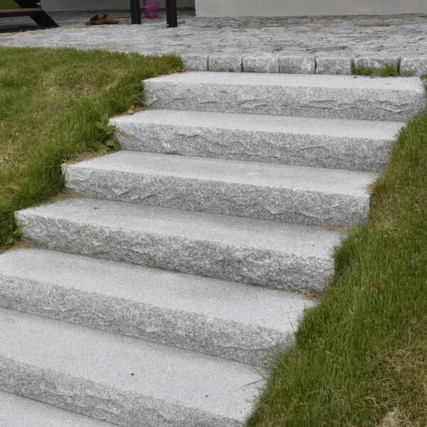 Blocksteg i granit med krysshamrad yta