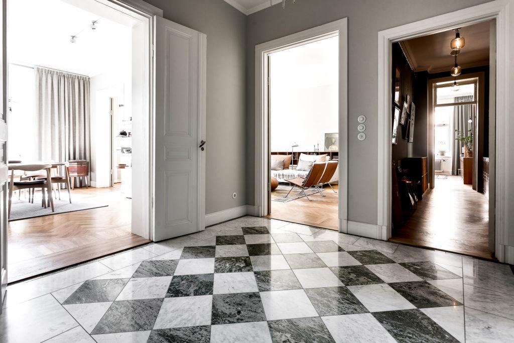 Golvplattor Marmor Bianco Carrara och Kolmårdsmarmor