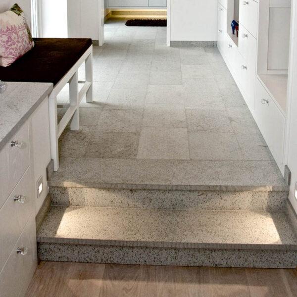 Ljusgrå Borghamnskalksten i trappen