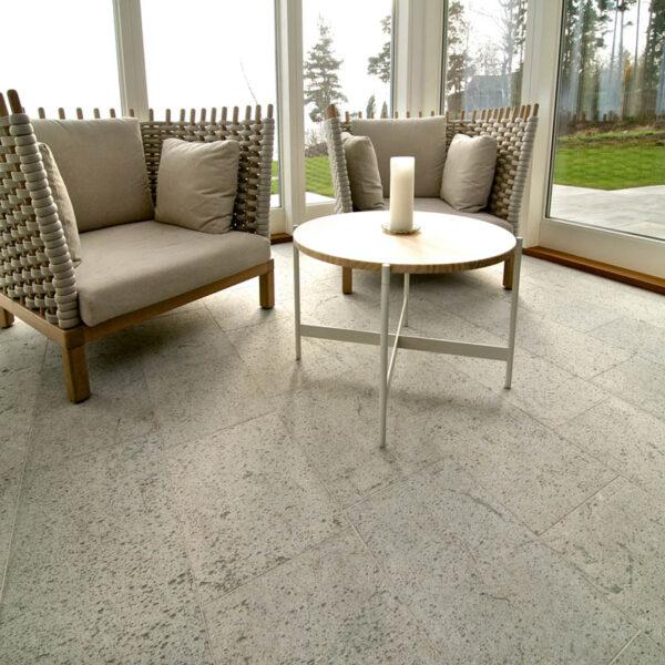 Ljusgrå Borghamnskalksten med hyvlad yta i hemmamiljö